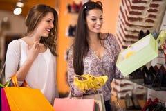 Femmes achetant des chaussures dans un magasin Photo stock