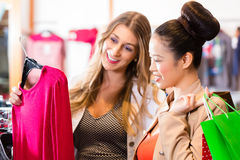 Femmes achetant la mode dans la boutique ou le magasin Image libre de droits