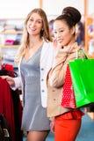 Femmes achetant la mode dans la boutique ou le magasin Photo libre de droits