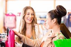 Femmes achetant la mode dans la boutique ou le magasin Photo stock