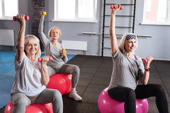 Femmes actives sportives établissant avec des haltères Photos stock