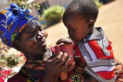 Femmes africaines alimentant l'enfant photographie stock libre de droits