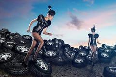 Femmes africaines attirantes courant sur des pneus images libres de droits