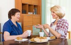 Femmes agées à la table avec le thé Photo stock