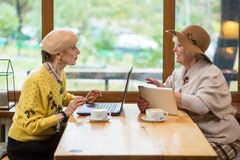 Femmes agées en café Photographie stock libre de droits
