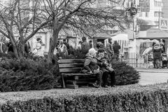 Femmes agées parlant sur le banc Image libre de droits