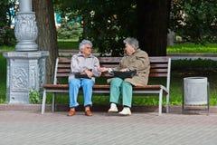 Femmes agées s'asseyant sur le banc en parc à Volgograd Image libre de droits