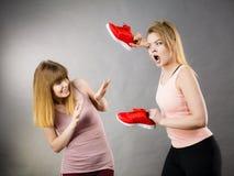 Femmes agressives combattant utilisant des chaussures avec la femelle Images libres de droits