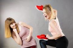 Femmes agressives combattant utilisant des chaussures avec la femelle Photographie stock libre de droits