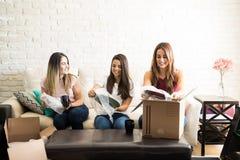 Femmes aidant l'ami à emballer Photo libre de droits