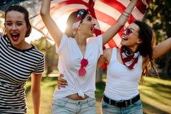 Femmes américaines célébrant la 4ème des vacances de juillet Photos stock