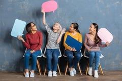 Femmes amicales attirantes parlant entre eux Image libre de droits