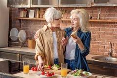 Femmes amicales préparant le petit déjeuner dans la cuisine Photographie stock libre de droits