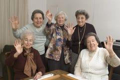 Femmes aînés à la table de jeu Image stock