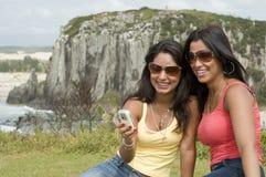 Femmes appelant de la plage photographie stock libre de droits