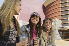 Femmes appréciant des boissons en dehors de centre commercial Photo libre de droits