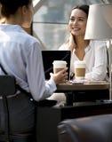 Femmes appréciant du café de matin Photos stock