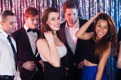 Femmes appréciant la partie avec des amis à la boîte de nuit Image stock