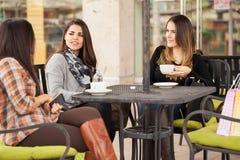 Femmes appréciant le café dans un café dehors Image libre de droits