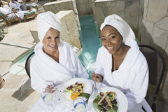 Femmes appréciant leur repas Photo libre de droits