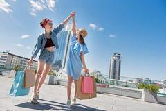 Femmes après que marche de achat avec des achats et réjouissance photo libre de droits