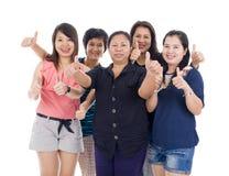 Femmes asiatiques avec des pouces vers le haut Image libre de droits
