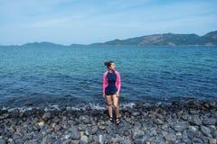 Femmes asiatiques détendant dans des vacances d'été sur l'île de Lipe de plage, Thaïlande photo libre de droits