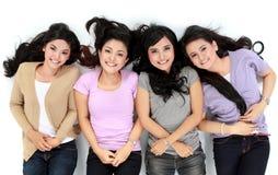 Femmes asiatiques détendant le mensonge de sourire sur l'étage Photo libre de droits