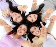 Femmes asiatiques détendant le mensonge de sourire sur l'étage Image libre de droits