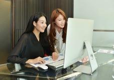 Femmes asiatiques d'affaires à l'aide de l'ordinateur dans le bureau Photos libres de droits