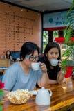Femmes asiatiques de meilleurs amis buvant dans le café Photos libres de droits