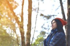 Femmes asiatiques heureuses à l'arrière-plan de parc et de forêt Image stock