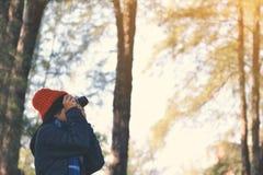 Femmes asiatiques heureuses à l'arrière-plan de parc et de forêt Photographie stock