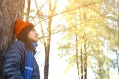 Femmes asiatiques heureuses à l'arrière-plan de parc et de forêt Photos stock