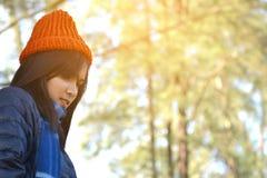 Femmes asiatiques heureuses à l'arrière-plan de parc et de forêt Photo stock