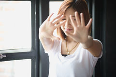 Femmes asiatiques montrant le geste de main d'arrêt Photographie stock