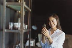 Femmes asiatiques se tenant souriantes et détendantes heureuses dans un café Image stock