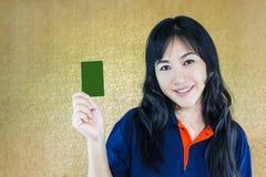 Femmes asiatiques souriant et présent la carte vierge avec l'espace de copie Image libre de droits