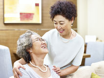 Femmes asiatiques supérieures de soin montrant l'amitié Photos stock