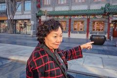 Femmes asiatiques supérieures marchant dans la rue de Qianmen Rue de Qianmen la rue célèbre à Pékin images libres de droits