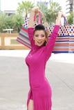 Femmes asiatiques sur tenir beaucoup de panier sur le marché superbe images stock