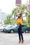 Femmes asiatiques sur tenir beaucoup de sac à provisions sur le marché superbe Photographie stock libre de droits