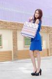 Femmes asiatiques sur tenir beaucoup de sac à provisions sur le marché superbe Photo libre de droits