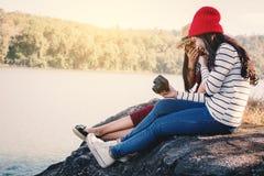 Femmes asiatiques tirant la photo en nature images stock