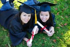 Femmes assez asiatiques de graduation Photo stock