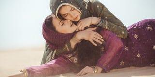 Femmes assoiffées dans un désert Circonstances imprévues pendant le voyage photos libres de droits
