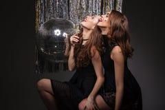 Femmes attirantes avec les yeux fermés buvant du champagne et ayant l'amusement Photos libres de droits