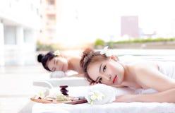 Femmes attirantes de portrait belles Belles toilettes avec du charme de fille images libres de droits
