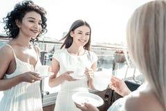 Femmes attirantes joyeuses étant sur le dessus de toit Photo stock