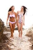 Femmes attirants s'usant la marche de bikinis Photographie stock libre de droits